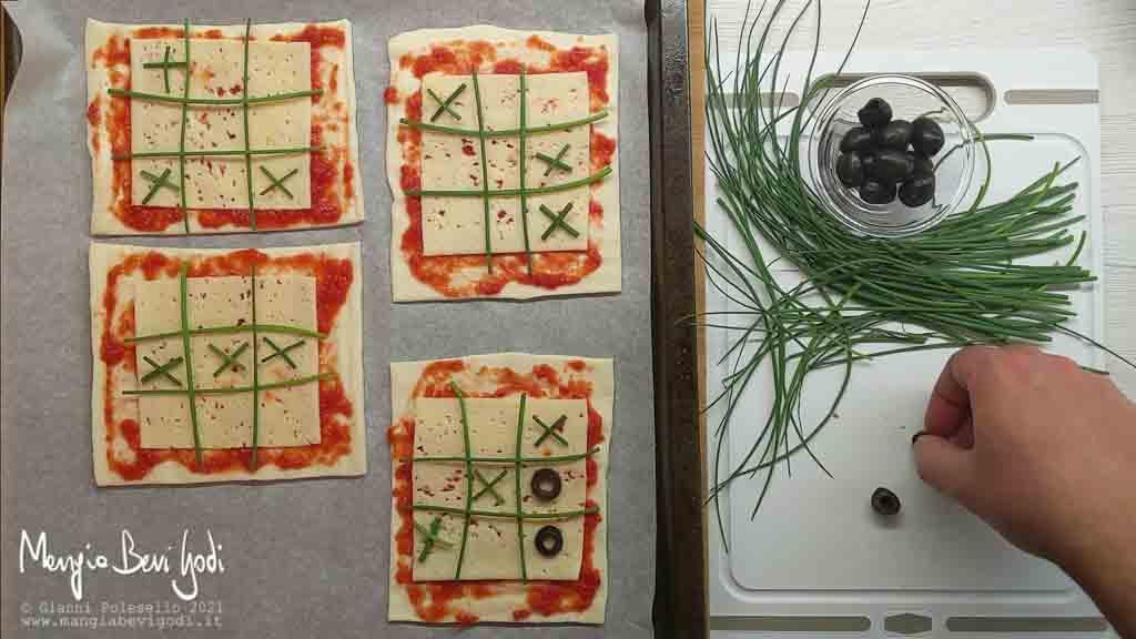 decorare le pizzette con il disegno del gioco tris