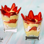 Bicchieri con fragole, meringhe e crema pasticcera