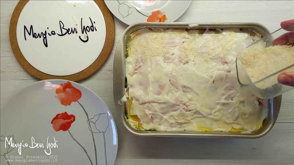 Preparazione lasagne con prosciutto e piselli