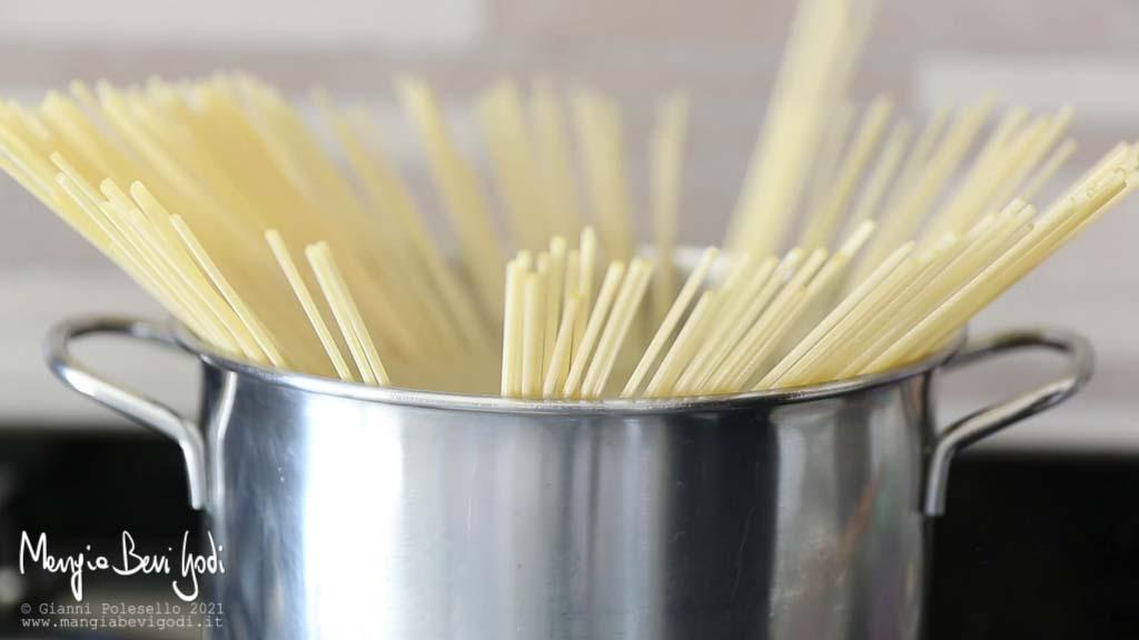 Cottura spaghetti in acqua bollente