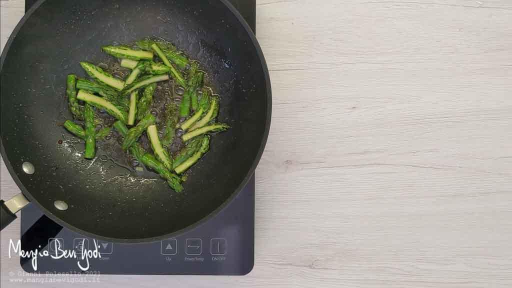 Rosolare le punte degli asparagi nella padella