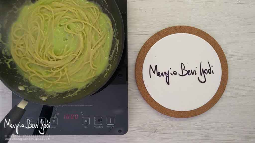 Risottare gli spaghetti con il sugo di asparagi