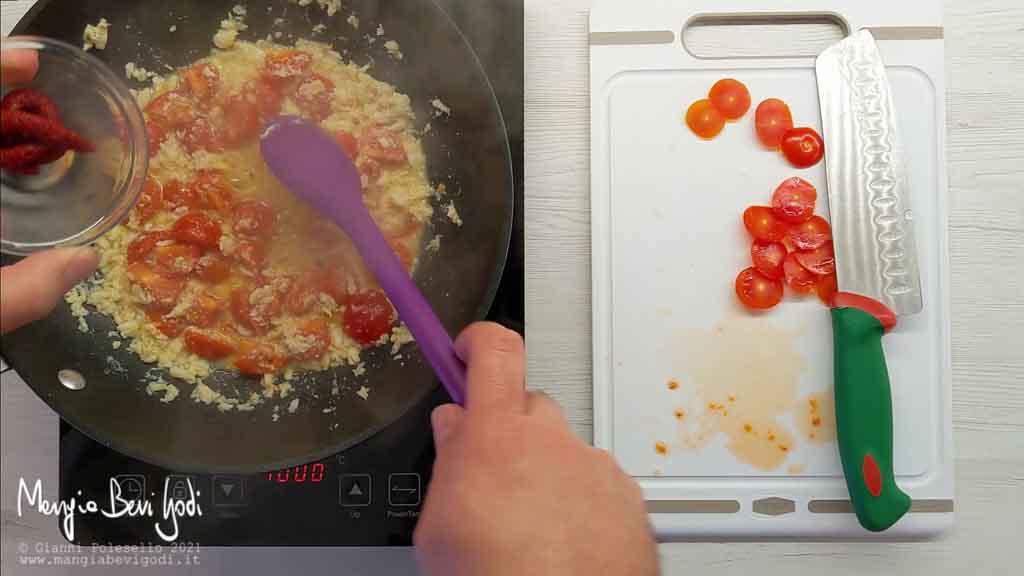 Cottura sugo con polpa di granchio e pomodorini