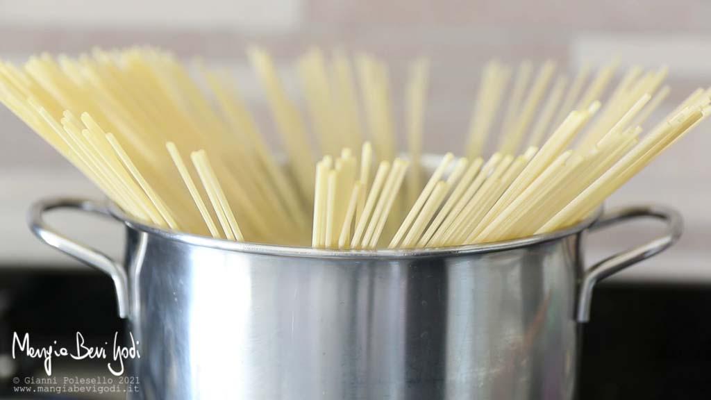 Cuocere gli spaghetti in acqua bollente