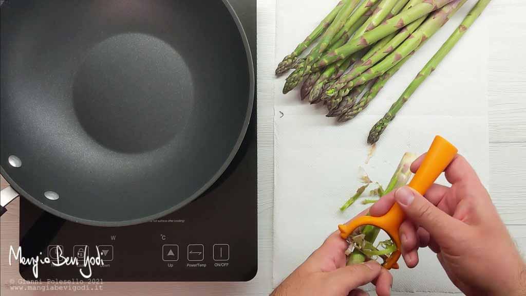 Pelare gli asparagi con un pelapatate