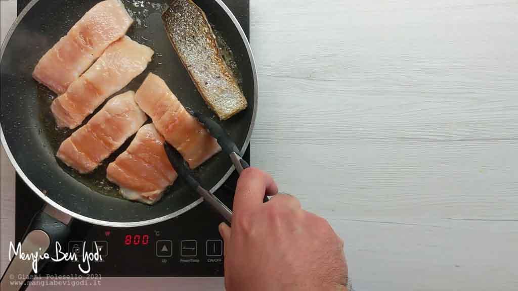 Cuocere il salmone in padella