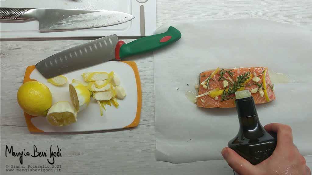 Preparazione cartocci di carta da forno con salmone e aromi