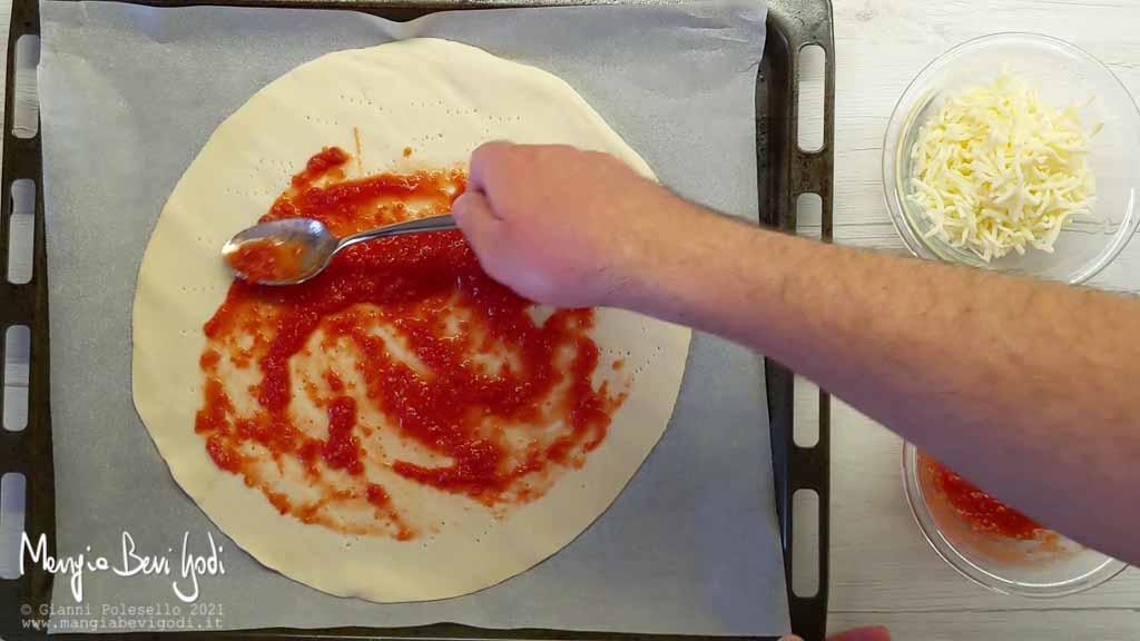 Stendere la polpa di pomodoro