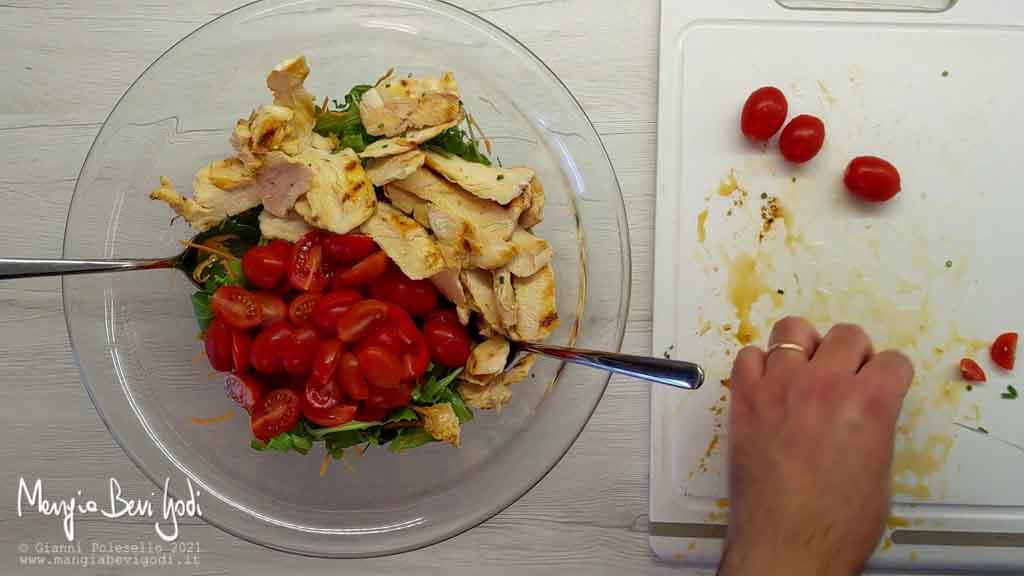 Preparazione insalata di pollo estiva
