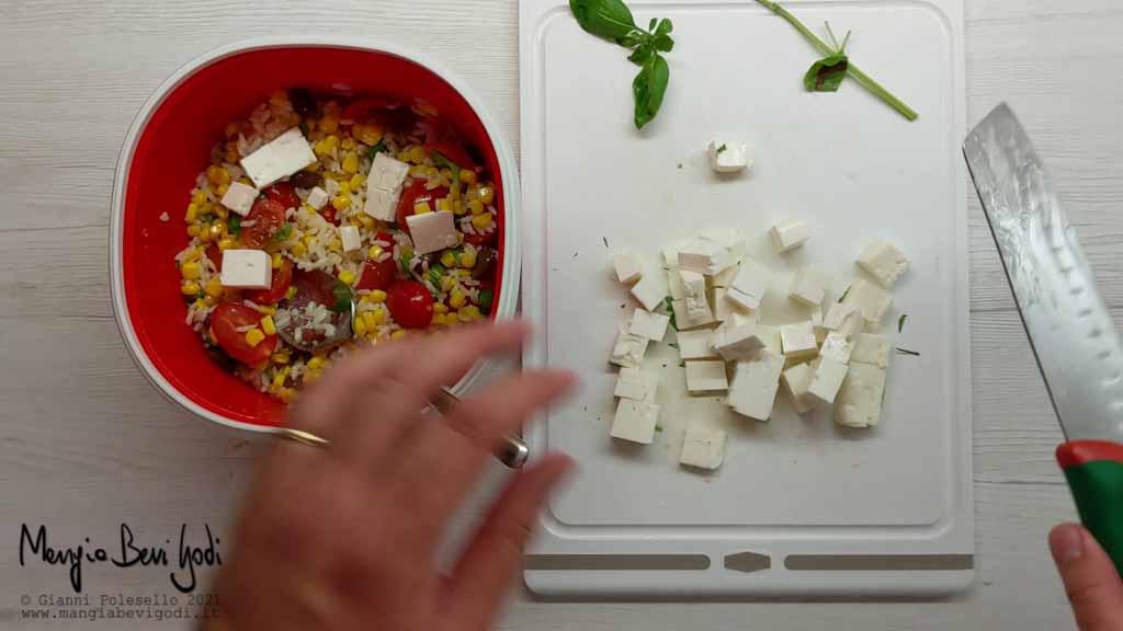 preparazione insalata di riso mediterranea