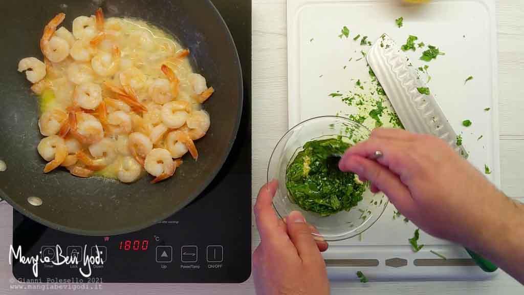 Preparare un'emulsione di olio, aglio e prezzemolo