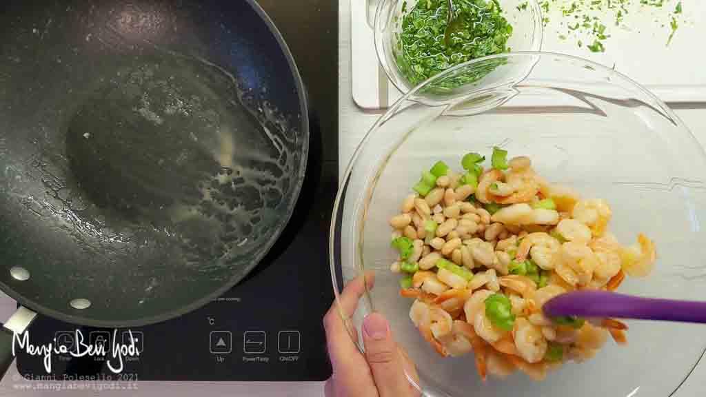 Mescolare insalata di gamberi, fagioli, sedano e arachidi