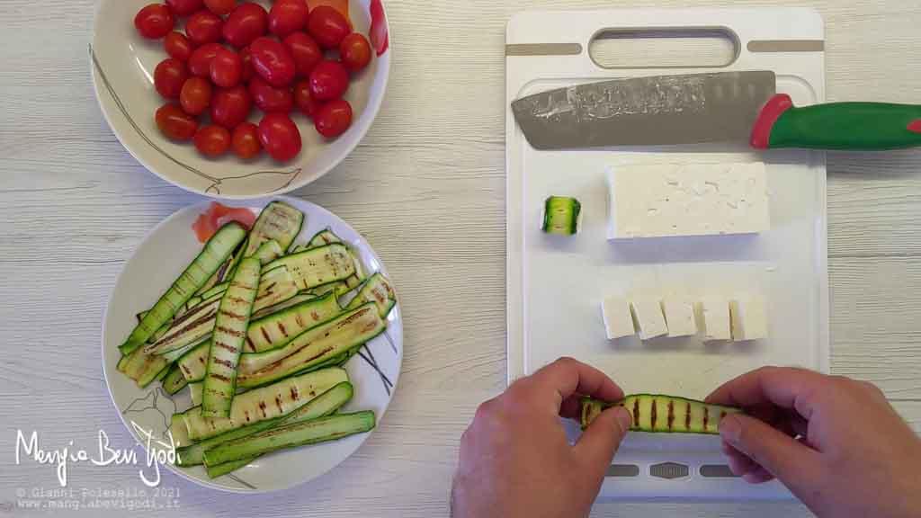 avvolgere la feta con le zucchine