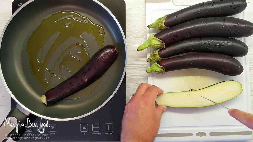 Tagliare e cuocere le melanzane in padella