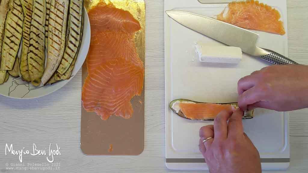 Preparazione involtini di melanzane e salmone