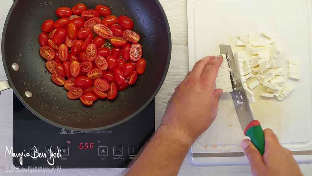 Cuocere gli spaghetti e tagliare la feta