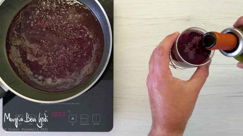 deglassare il fondo di cottura con il vino rosso
