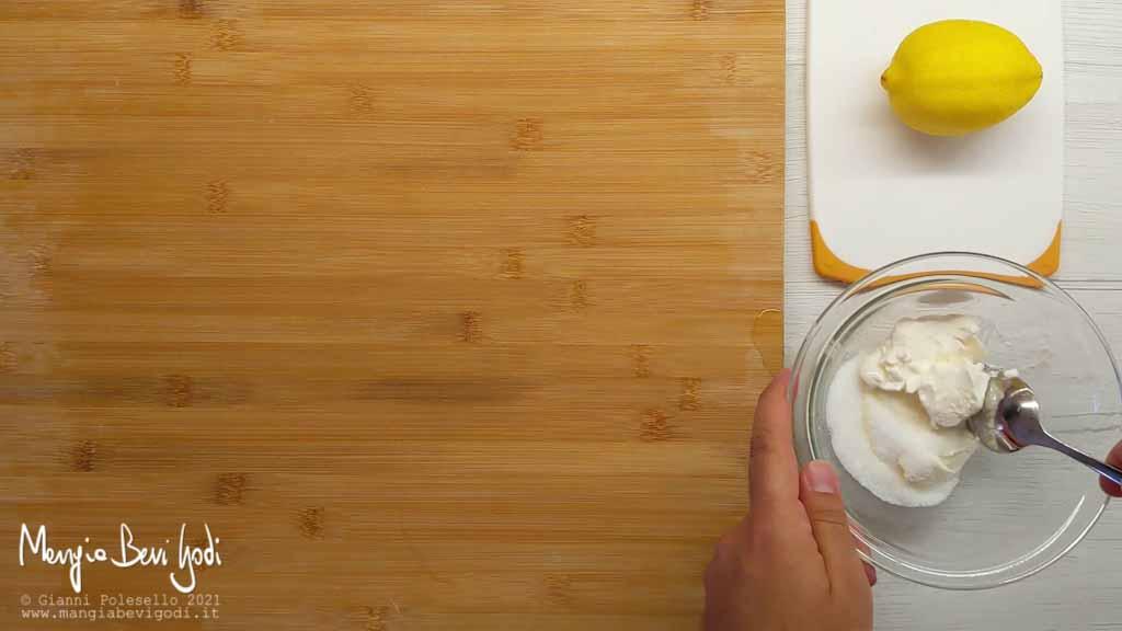 Preparare crema con formaggio spalmabile, zucchero e limone