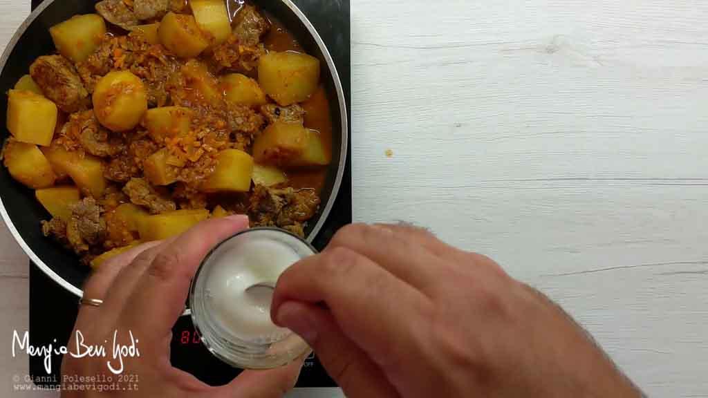 Aggiungere polpa di pomodoro e paprica