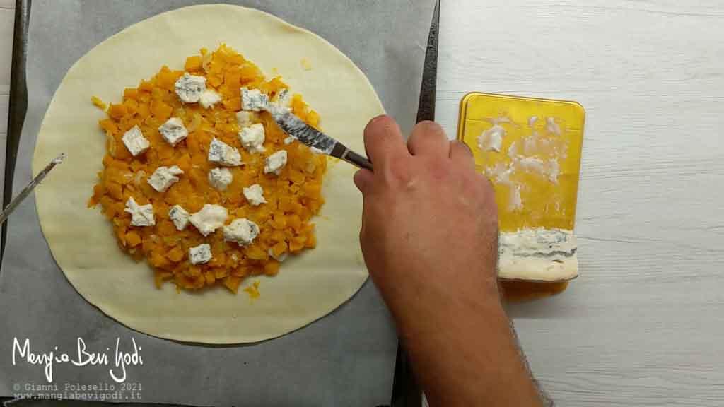 distribuire il ripieno della torta salata