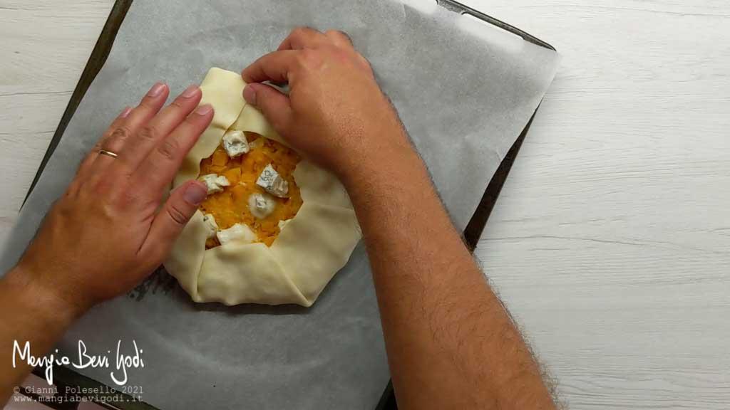 piegare i lembi della pasta brisé