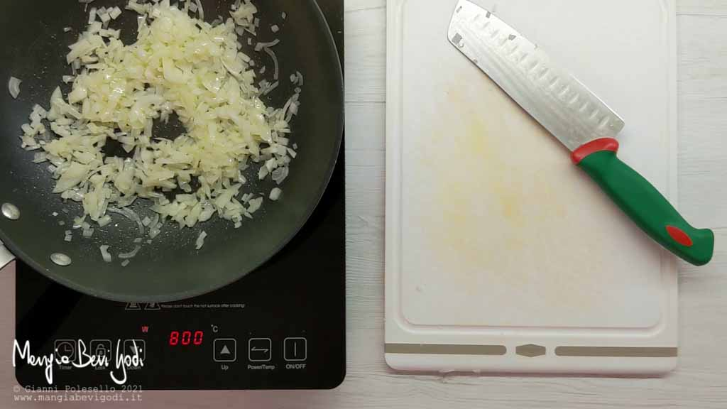 tritare e soffriggere la cipolla