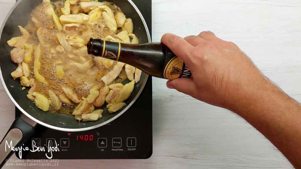 Cottura straccetti di pollo con la birra